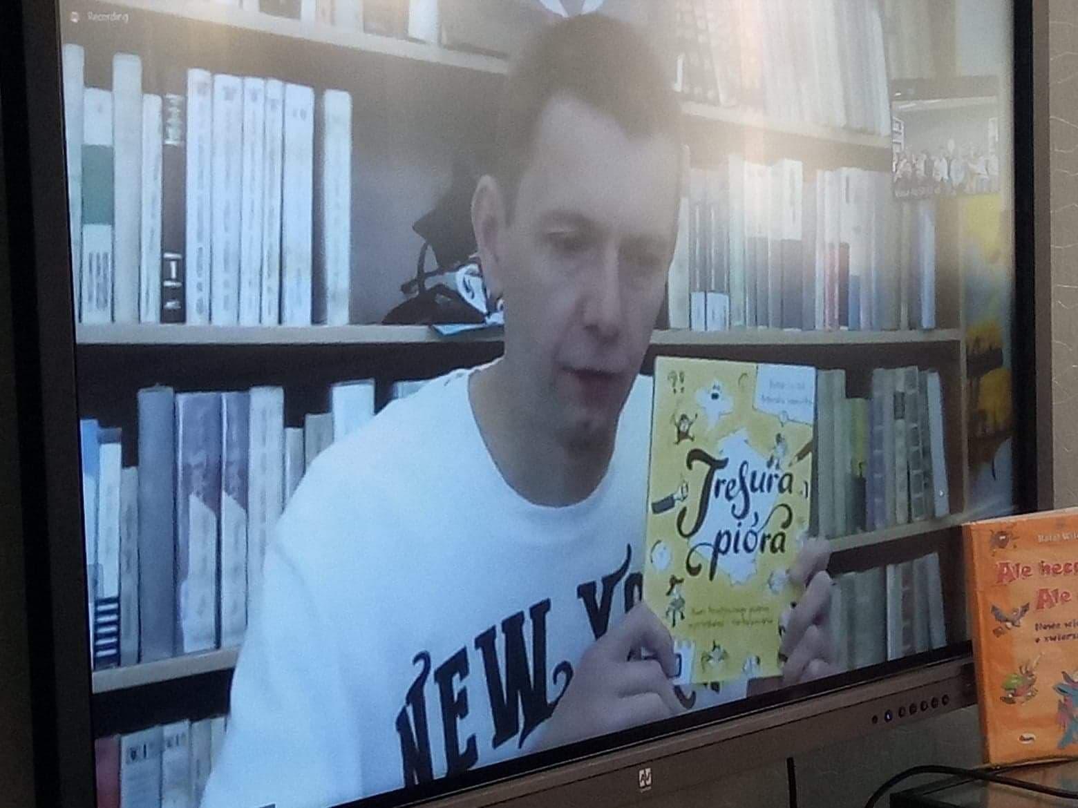 Rafał Witek z książką Tresura pióra