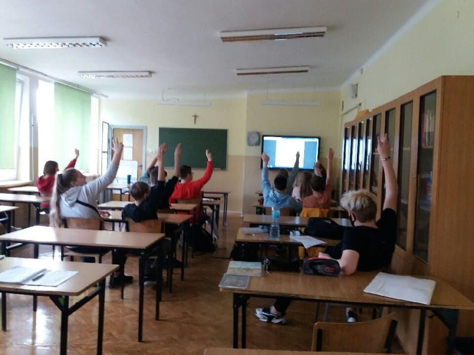 uczniowie kl.7c grają wgrę paragrafową Janek-historia małego powstanca