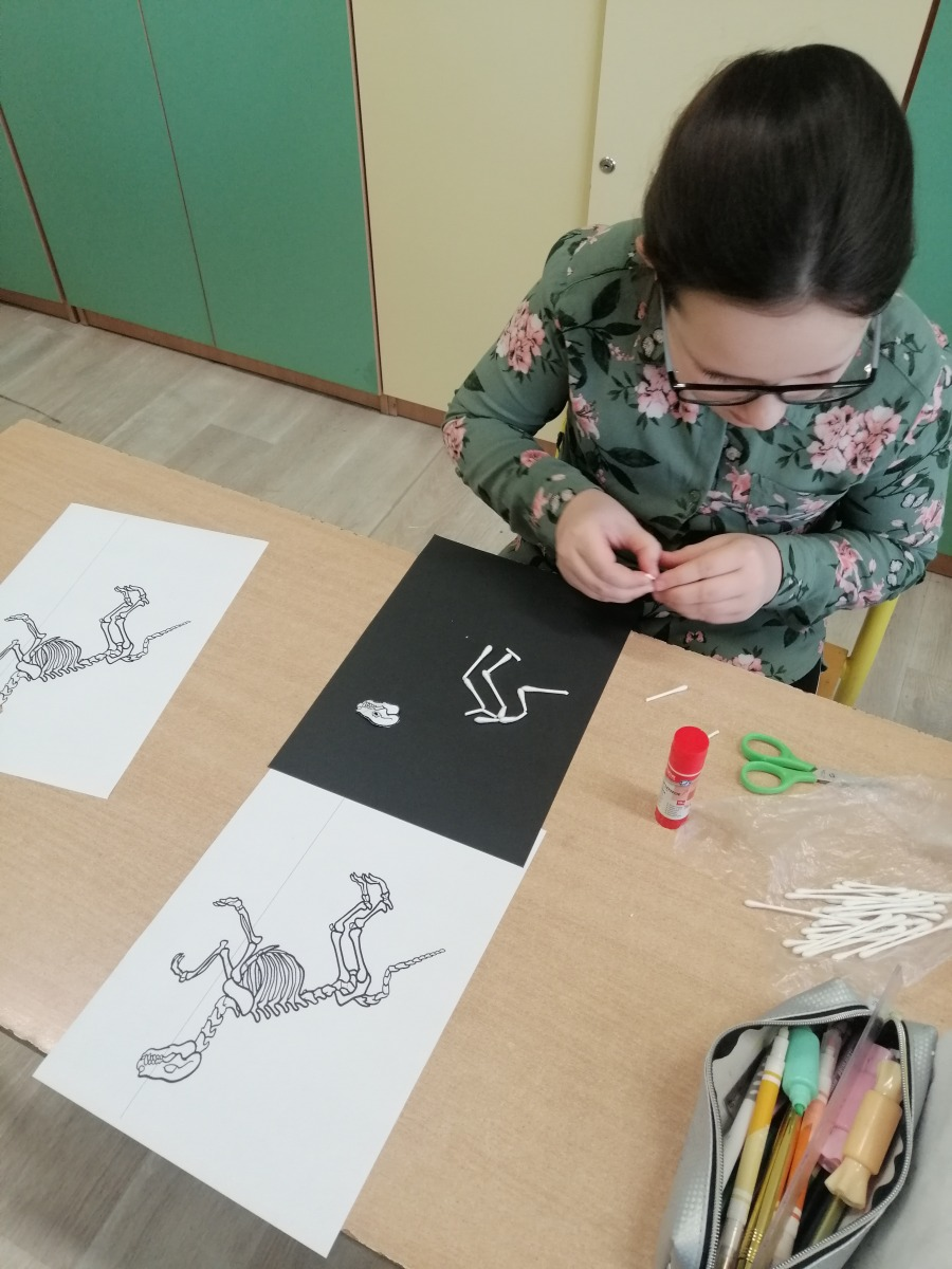 Uczennica wykonująca szkielet dinozaura 2
