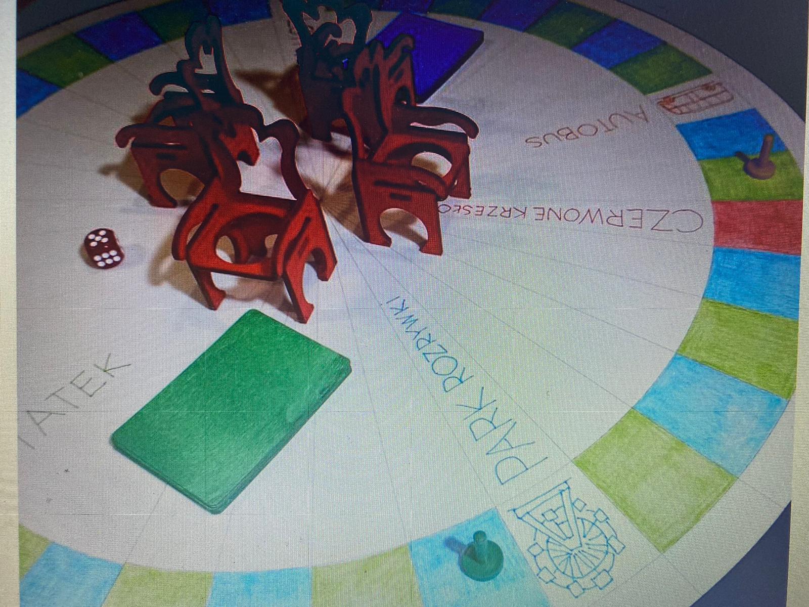 1_gra czerwone krzesło