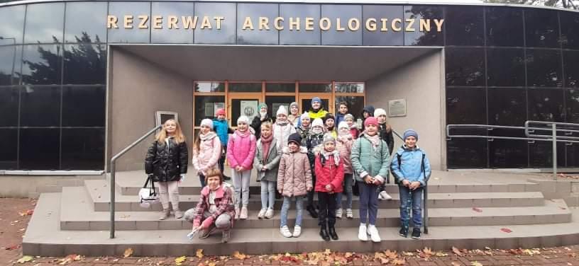 Uczniowie klas 2a i 3b przed Rezerwatem Archeologicznym Kultury Łużyckiej w Częstochowie