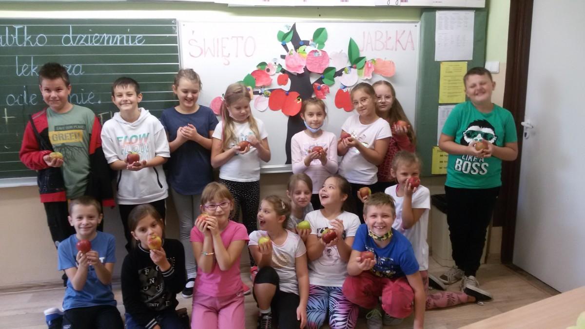 uczniowie-klasy-3a-zachecaja-d